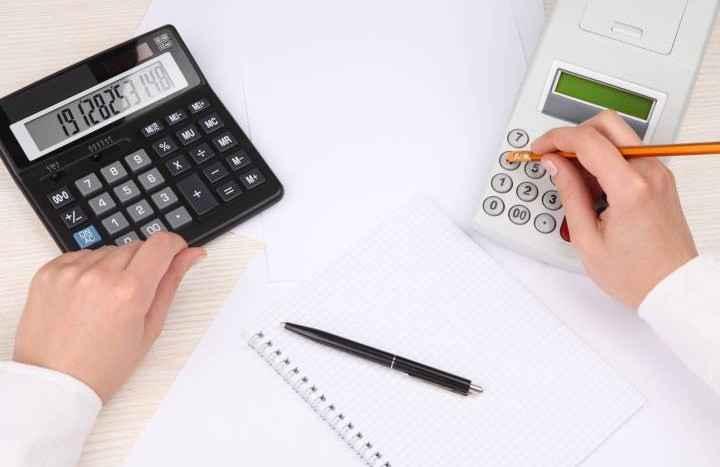 Калькулятор и тетрадь с ручкой