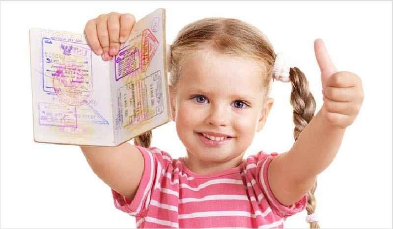 Девочка с документом в руках
