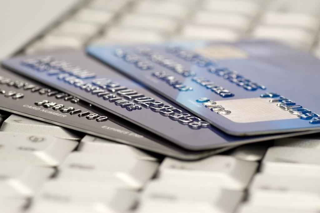 Банковские карточки на клавиатуре