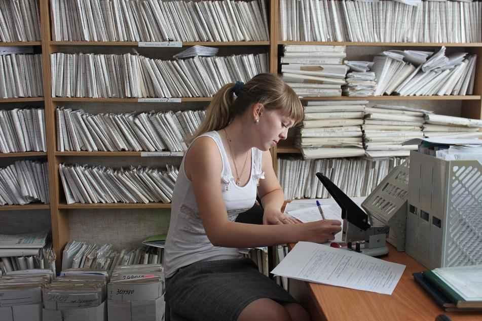 Девушка пишет отчеты