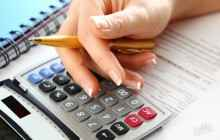 Калькулятор и карандаш в руке