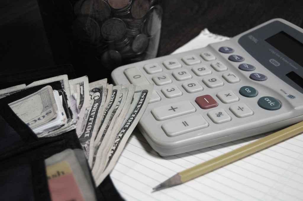 Калькулятор, деньги и карандаш
