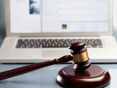Судейский молот и ноутбук