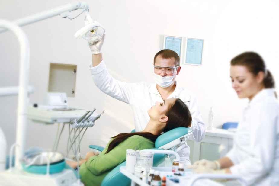Лечение зубов по полису ОМС бесплатно нюансы при посещении поликлиники