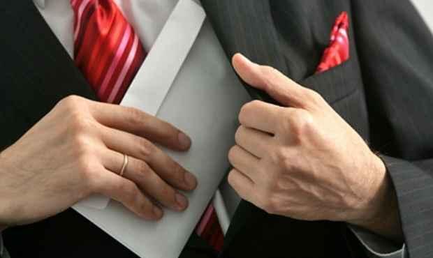 Мужчина ложит конверт в карман