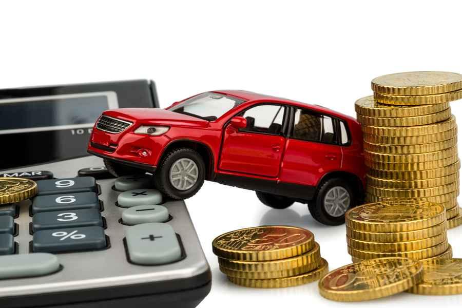 Игрушечная машинка, калькулятор и монеты