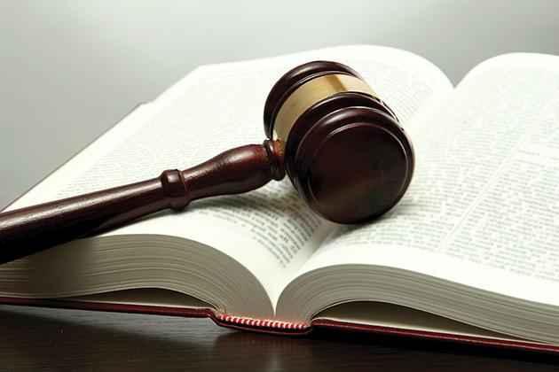 Судейский молоток и книга