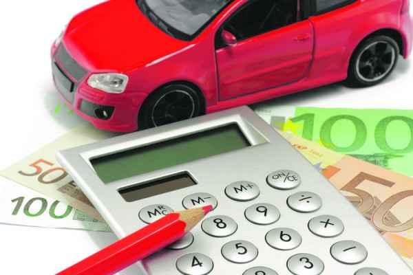Калькулятор, игрушечная машинка и деньги