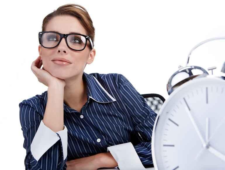 Девушка в очках и часы
