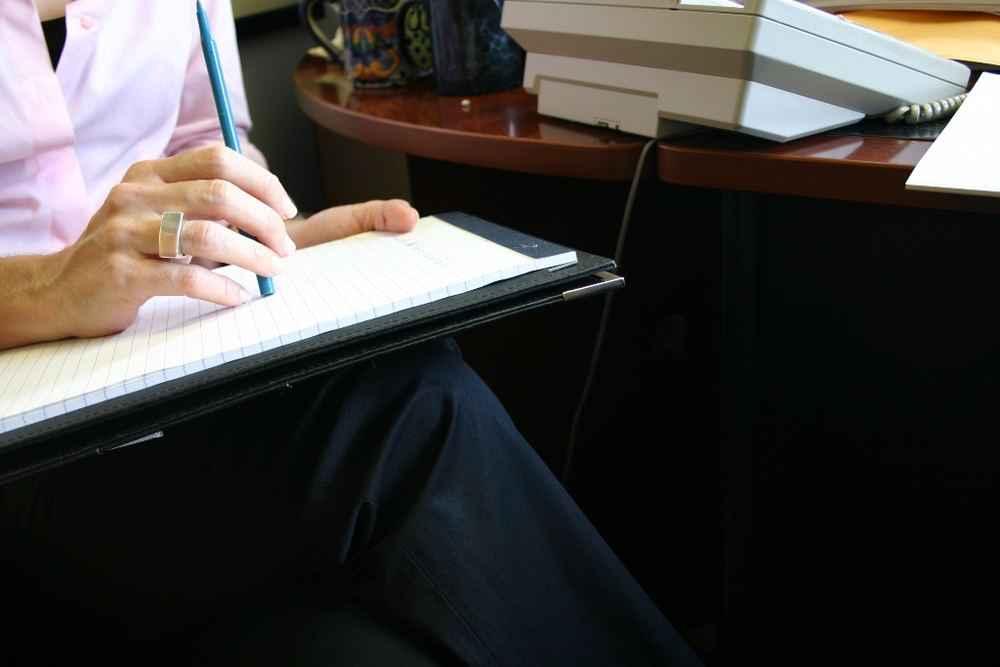 Девушка пишет на листке