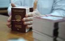 Мужчина держит паспорта