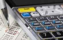 Документы, ручка и калькулятор