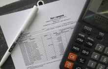 Калькулятор, документы и ручка