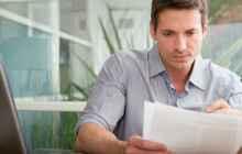Мужчина читает документы