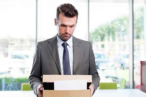 Мужчина держит коробку