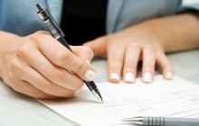 Девушка подписывает договоры