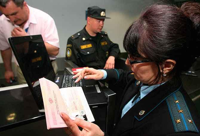 Женщина держит документы