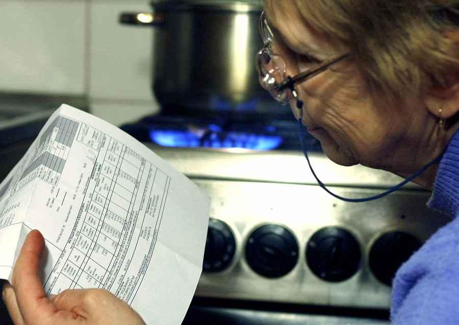 бабушка смотрит счета за квартиру