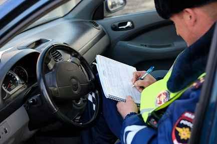 гаишник выписывает штраф по номеру постановления