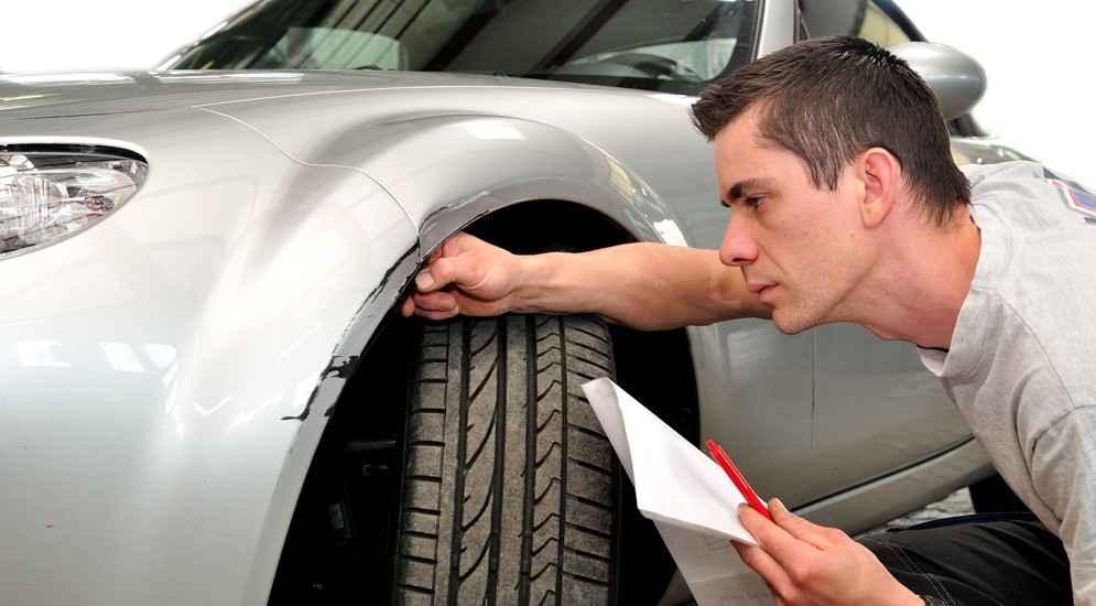мужчина осматривает авто