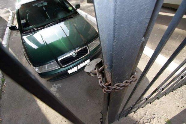 автомобиль прикован к забору