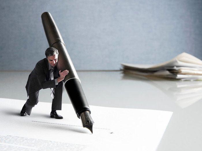 мужчина с большой ручкой