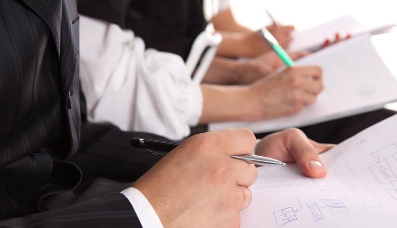 Работники с документами и ручкой