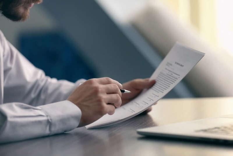 Мужчина оформляет документы